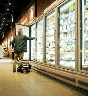 Food retailer shopping shelves - food and agriculture industry insurance - Howden Belgium